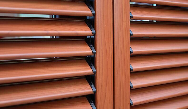 Persiane alluminio a lamelle fisse e orientabili su misura for Imposte finestre